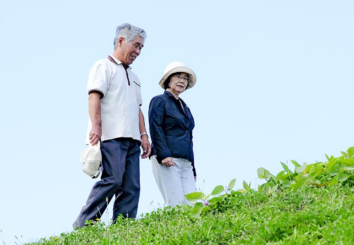 お散歩されているおじいちゃん、おばあちゃん